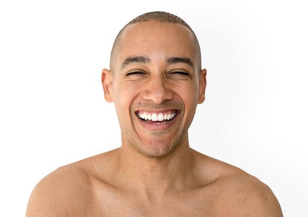 Hombre cabeza rapada sonriente con sesión de estudio en topless