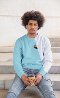 Hombre con café con capucha