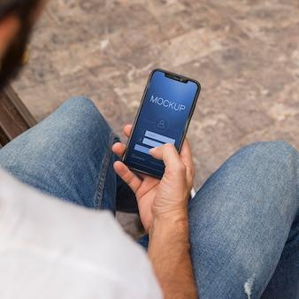 Hombre en la calle con teléfono usando la aplicación