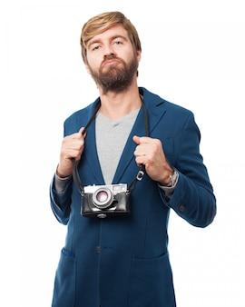 Hombre con una cámara antigua
