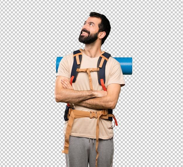 Hombre caminante mirando hacia arriba mientras sonríe