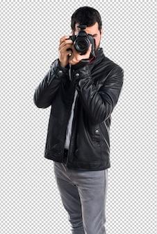 Hombre con chaqueta de cuero fotografiando.