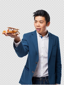 Hombre chino que sostiene el avion