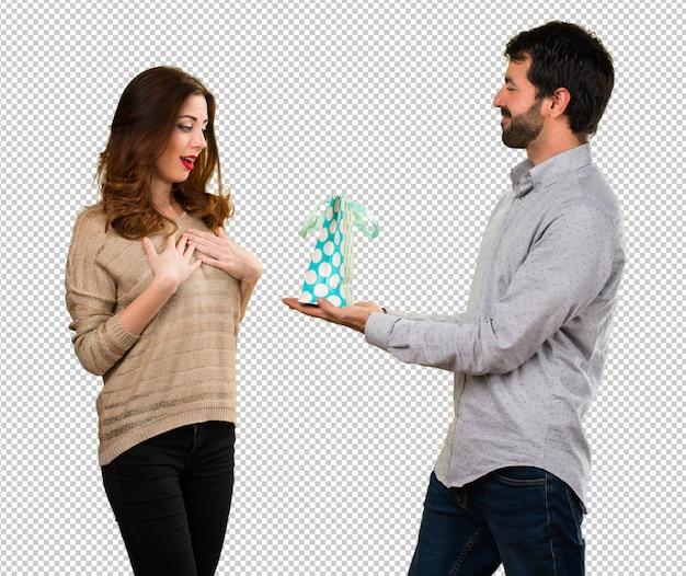Hombre dando un regalo a su novia