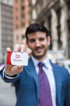 Hombre de negocios presentando tarjeta de visita