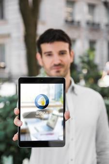 Hombre de negocios usando mockup de tableta