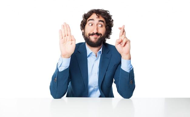 Hombre con los dedos cruzados