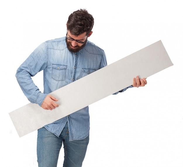Hombre divertido jugando con un letrero vacío