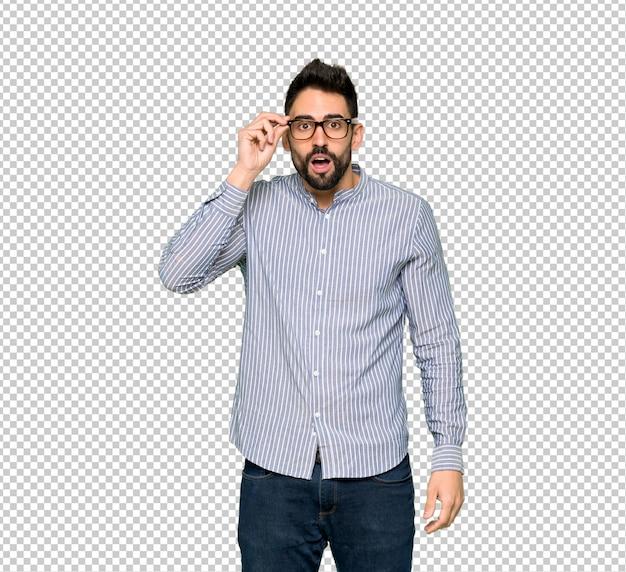 Hombre elegante con camisa con gafas y sorprendido.