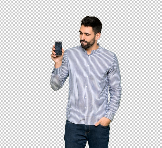 Hombre elegante con camisa con problemas sosteniendo teléfono inteligente roto