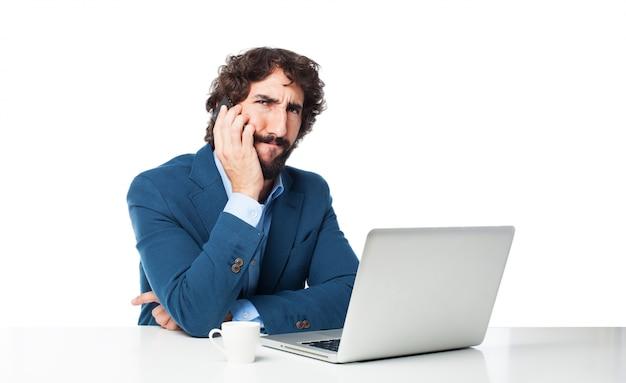 Hombre con el entrecejo fruncido hablando por el móvil