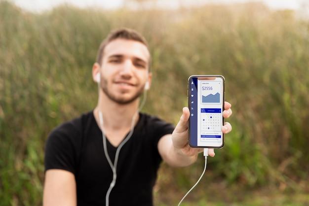 Hombre estudiante escuchando música en el móvil