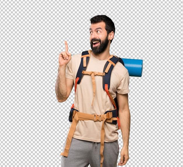 Hombre excursionista con la intención de realizar la solución mientras levanta un dedo.
