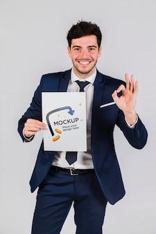 Hombre feliz con una maqueta de concepto de cartel