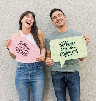 Hombre feliz y mujer posando