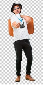Hombre fresco barbudo joven del viajero con un bolso. concepto de vacaciones