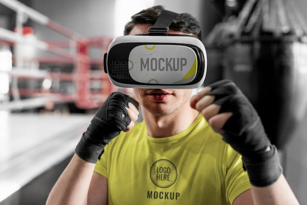 Hombre con gafas de realidad virtual en el entrenamiento de boxeo