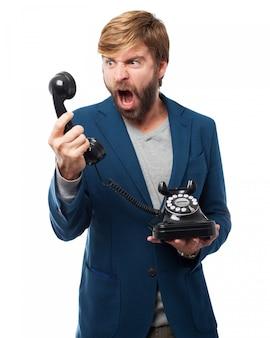 Hombre gritando a un teléfono
