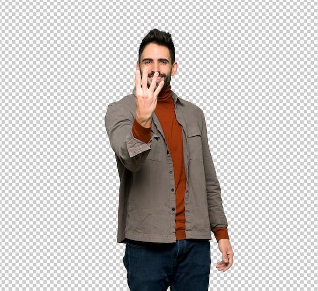 Hombre guapo con barba feliz y contando cuatro con los dedos.