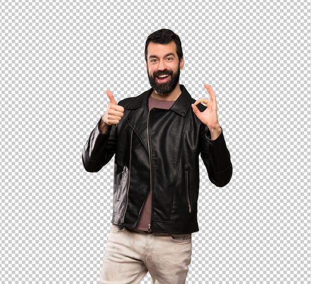 Hombre guapo con barba mostrando signo bien y pulgar arriba gesto