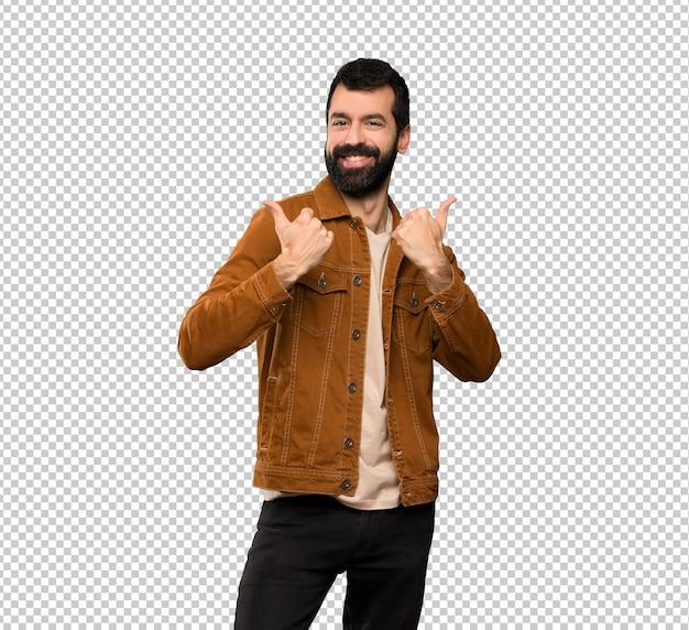 Hombre guapo con barba con pulgares arriba gesto y sonriendo