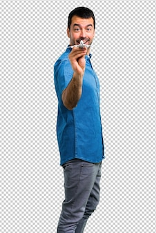 Hombre guapo con camisa azul sosteniendo un avión de juguete