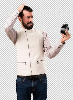 Hombre guapo con chaleco sosteniendo reloj