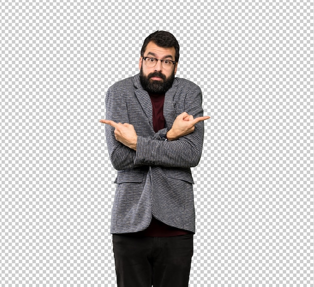 Hombre guapo con gafas apuntando a los laterales que tienen dudas