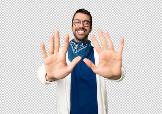 Hombre guapo con gafas contando diez con los dedos
