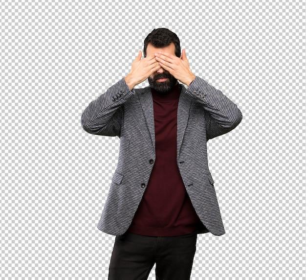 Hombre guapo con gafas cubriendo los ojos con las manos