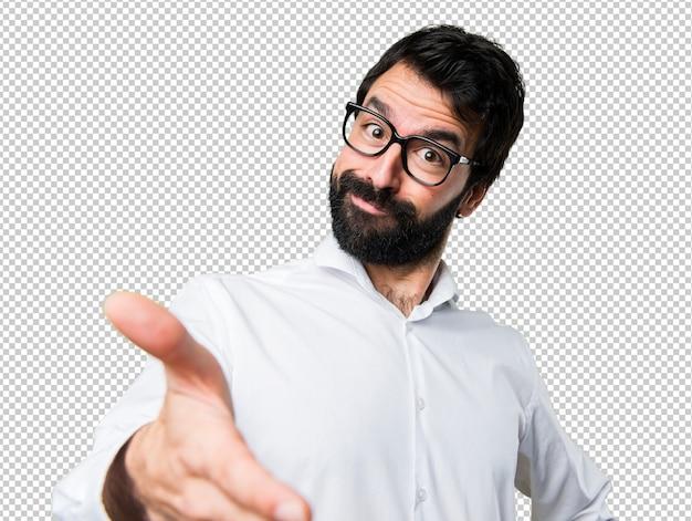Hombre guapo con gafas haciendo un trato