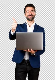 Hombre guapo con laptop