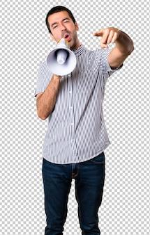 Hombre guapo sosteniendo un megáfono