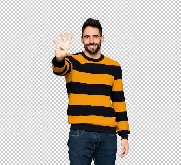 Hombre guapo con suéter rayado feliz y contando cuatro con los dedos