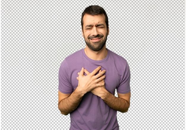 Hombre guapo teniendo un dolor en el corazón