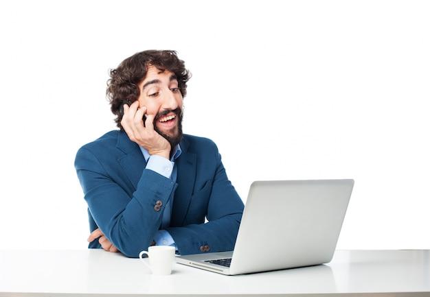 Hombre hablando por su teléfono