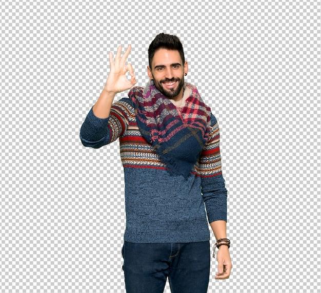 Hombre hippie mostrando un signo ok con los dedos