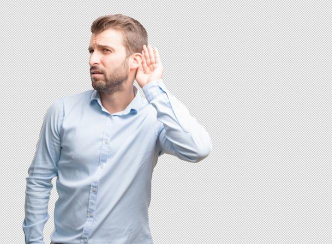 Hombre joven atractivo escuchando