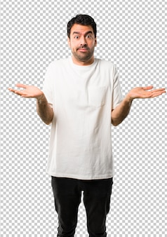Hombre joven con camisa blanca que tiene dudas y con expresión de rostro confuso