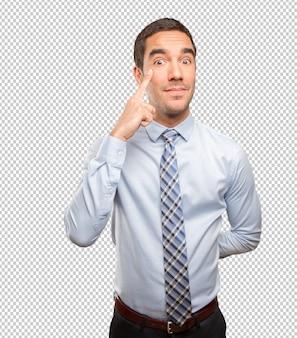 Hombre joven concentrado haciendo un gesto de observación