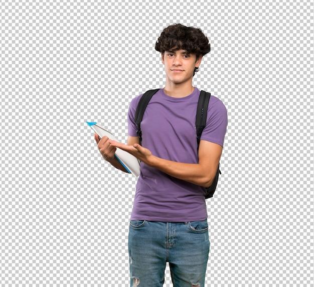 Hombre joven estudiante presentando una idea mientras mira sonriente hacia