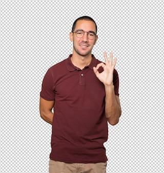 Hombre joven feliz haciendo un gesto bien