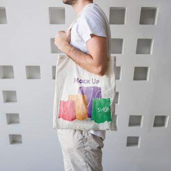 Hombre joven con un mockup de bolsa