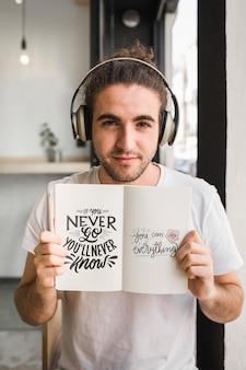 Hombre joven con un mockup de libro abierto