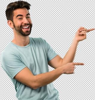 Hombre joven sonriendo y señalando