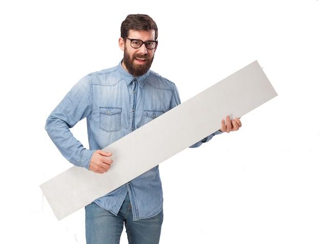 Hombre juguetón con un letrero en blanco