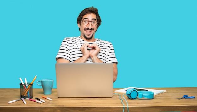 Hombre loco con laptop formando corazón