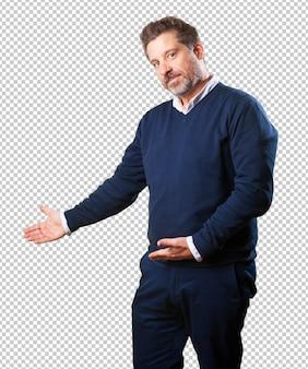 Hombre maduro haciendo un gesto de bienvenida