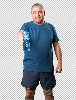 Hombre maduro ofreciendo agua