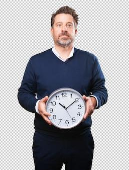 Hombre maduro que sostiene un reloj